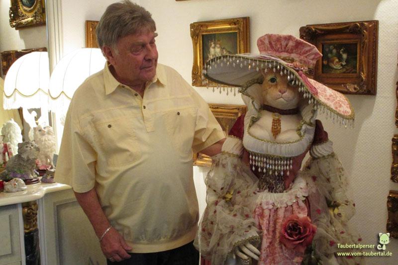 Herr Glantz mit Katzenfigur