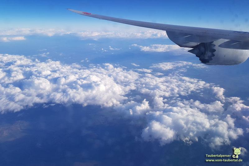 Reisetipps, Handgepäck, Taubertalperser, Fernweh, Abenteuerlust, Flugreisen, Powerbank, Handy, Wolken,