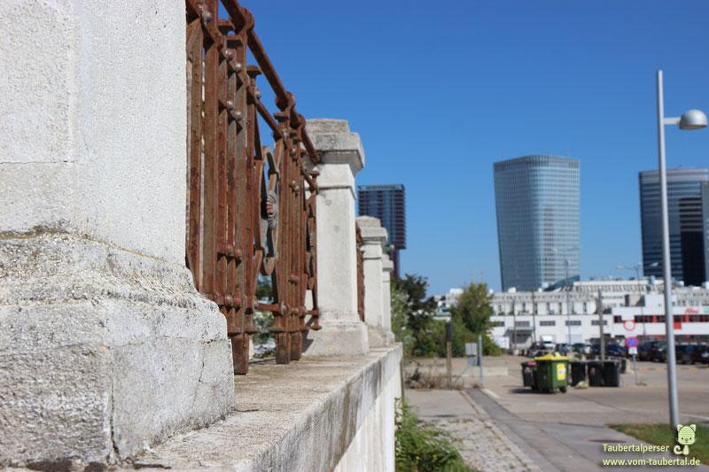 alter Zaun modernes Hochhaus